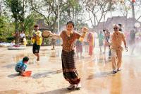 张子枫谭松韵结缘《向往的生活》 蘑菇屋喜庆傣族人民泼水节